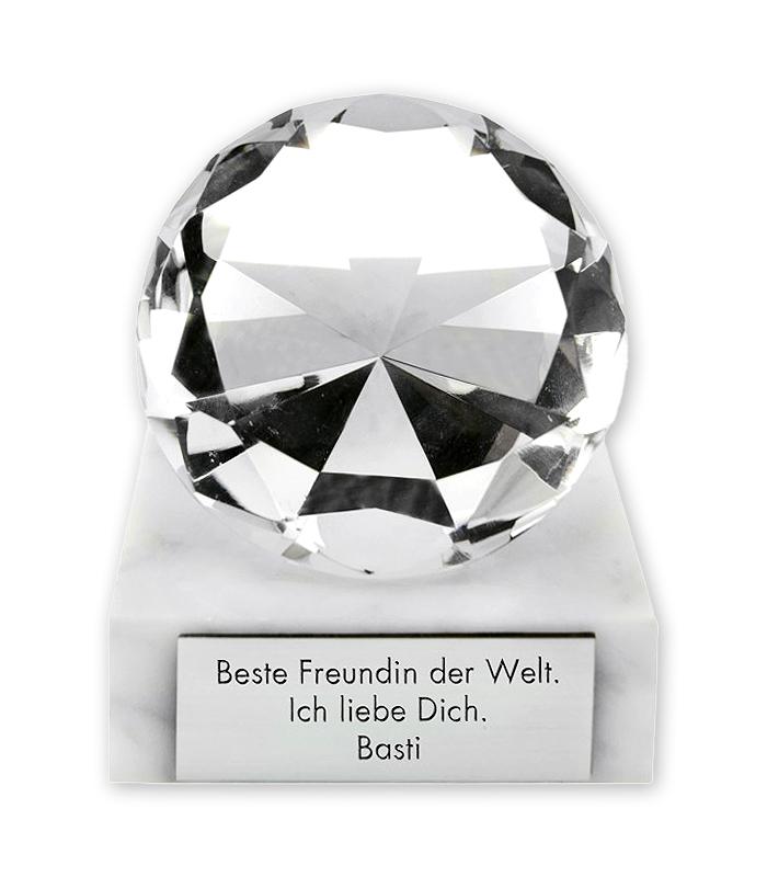 Ein echt wirkender Glasdiamant mit Deiner Wunschgravur auf dem Marmorsockel.